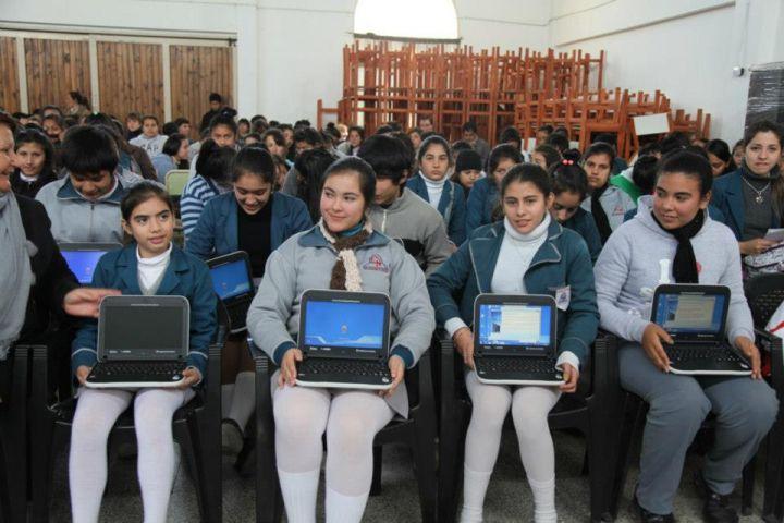 M s de 900 alumnos de saladas recibieron las netbooks for Cementerio jardin de paz pilar