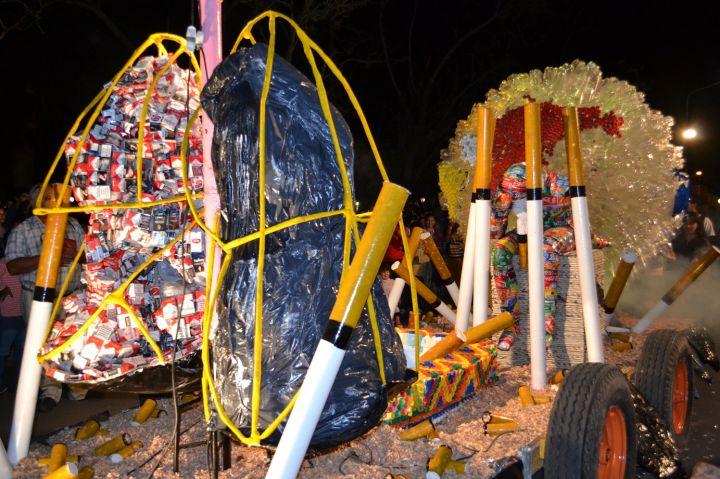 Exitoso desfile de carrozas y mascarones en saladas for Cementerio jardin de paz pilar